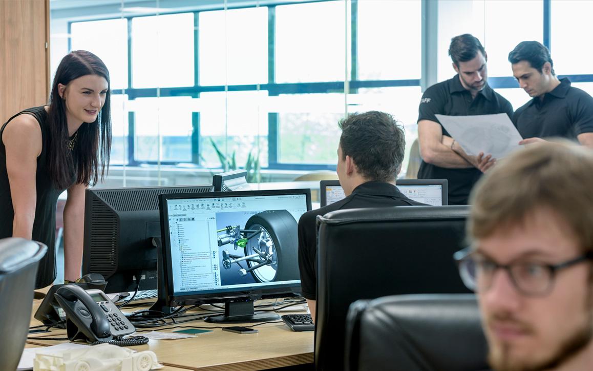 Espaço de trabalho aberto com engenheiros colaborando em projetos