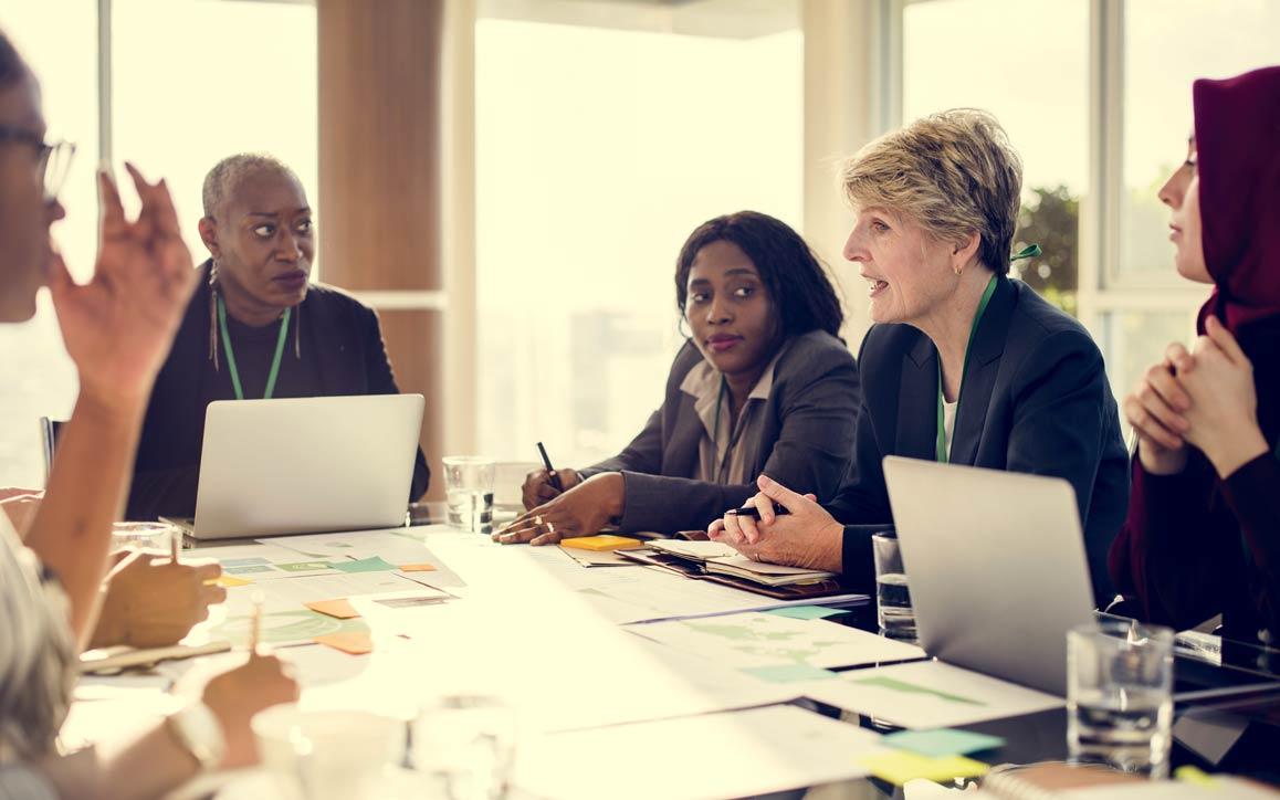 Grupo de diversos funcionários em uma reunião de negócios