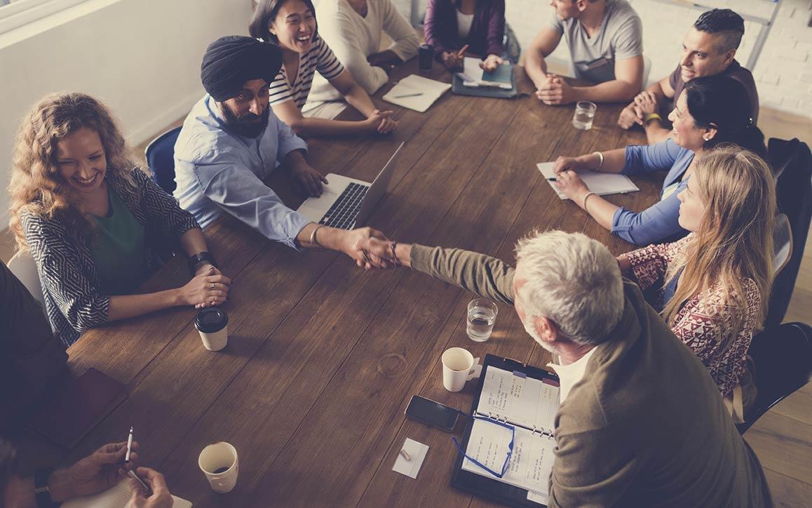 회의 테이블 주위의 다양한 직원들