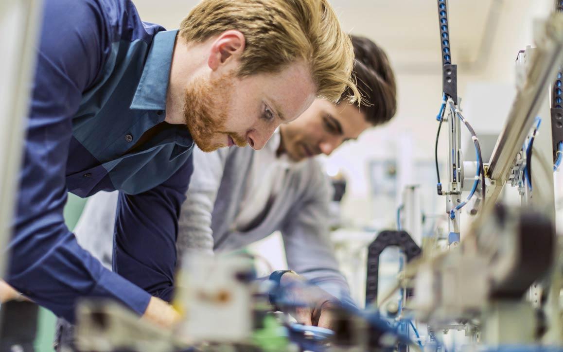 Engenheiros testam componentes automotivos