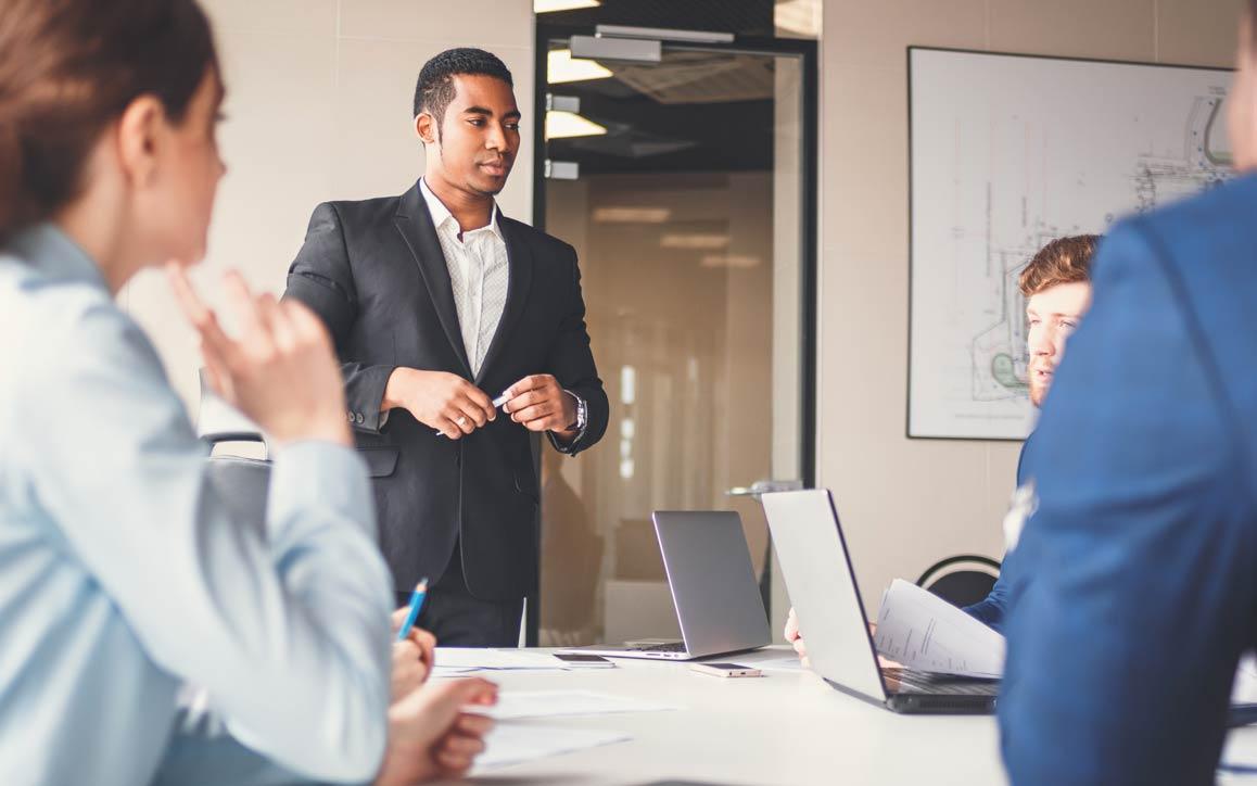 회의실에서 동료에게 아이디어를 발표하는 남성