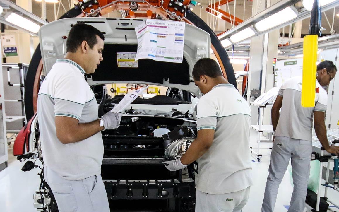 Grupo de funcionários analisando diagnósticos computadorizados