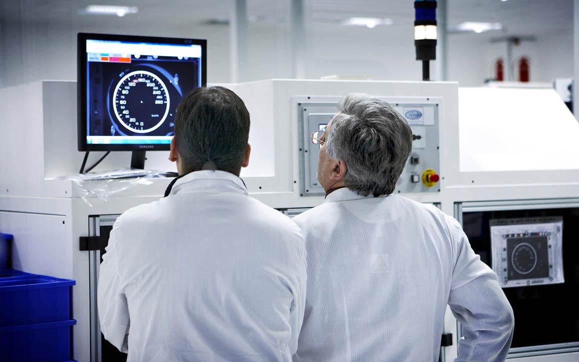 컴퓨터 화면에서 엔진 성능을 분석하는 직원