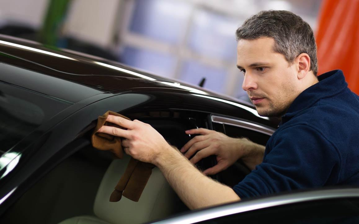 Um homem que inspeciona uma guarnição automotiva