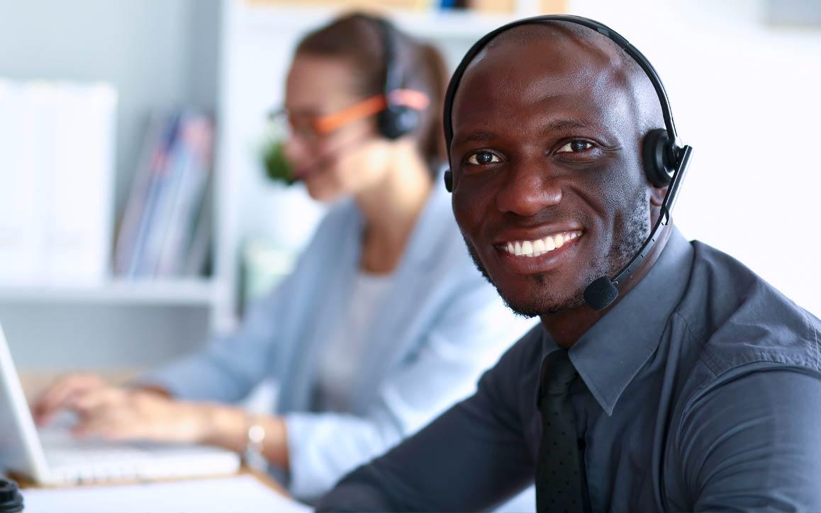 Representante de serviço ao cliente usando fone de ouvido