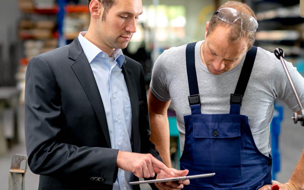 태블릿 장치상의 데이터를 보는 두 직원