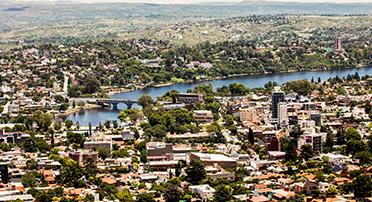 아르헨티나 코르도바의 조감도 건물과 수역