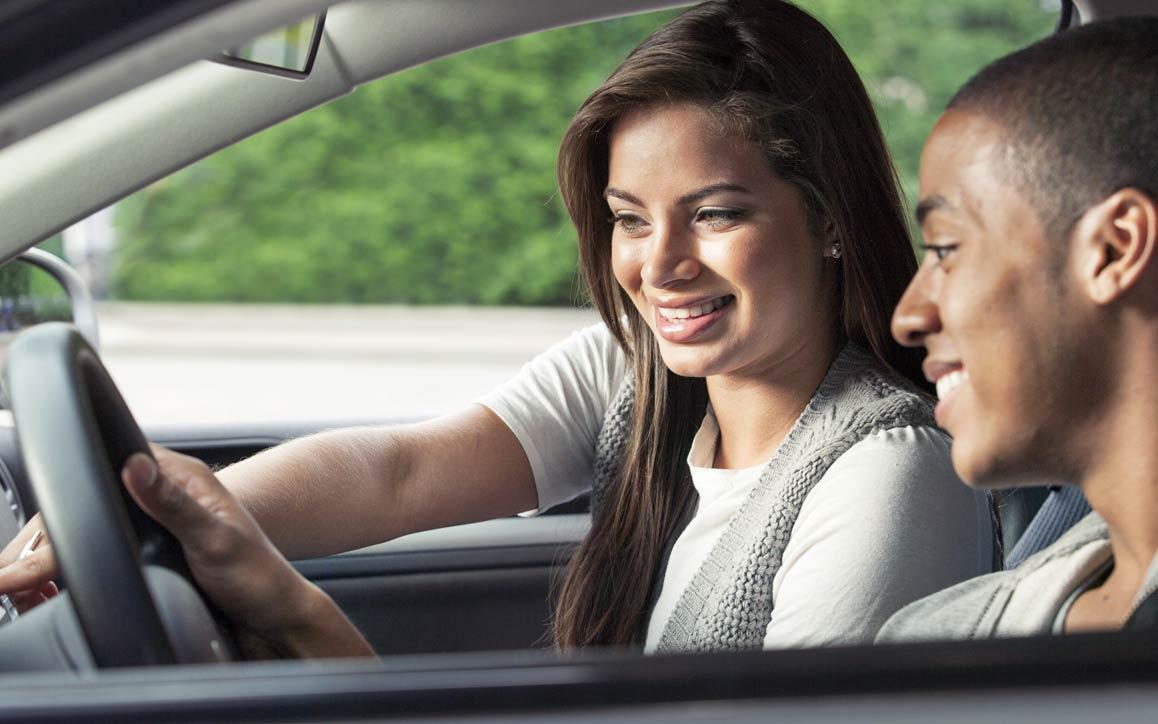 자동차에서 터치스크린 기술을 사용하는 남녀