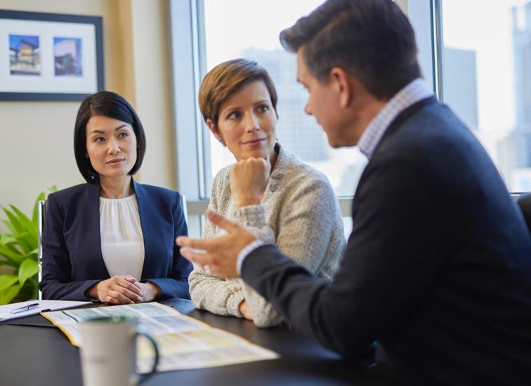 Un couple discute avec un représentant en services financiers.
