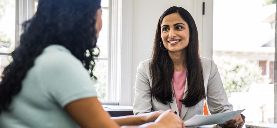 Une représentante en services financiers s'entretient avec une femme.