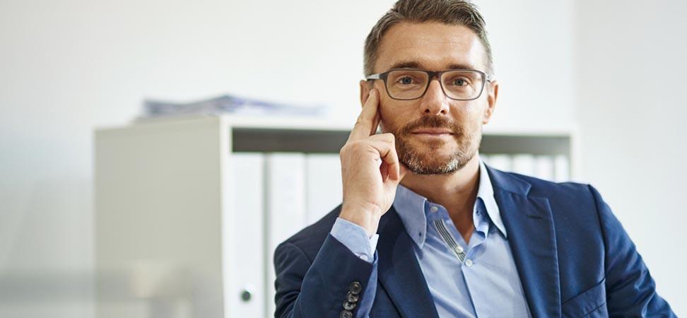 Un homme est assis dans un bureau.