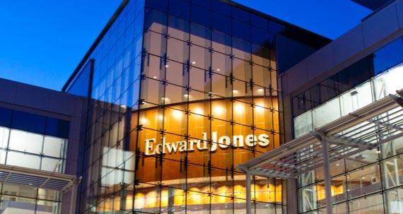 Une photo de nuit extérieure d'un siège social d'Edward Jones.