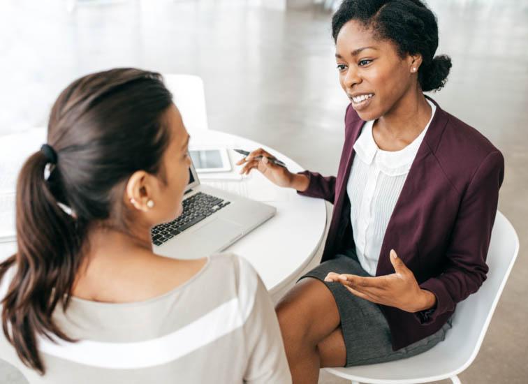 Deux femmes d'affaires discutent de nouveaux plans.