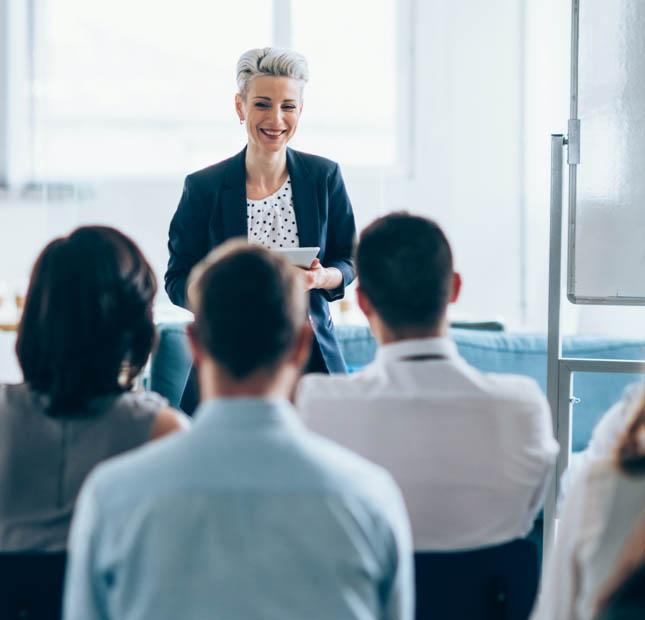 Une femme d'affaires dirige une formation pour les professionnels.