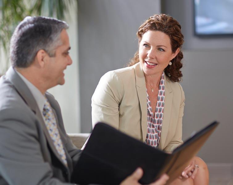 Des professionnels discutent en regardant un portefeuille.