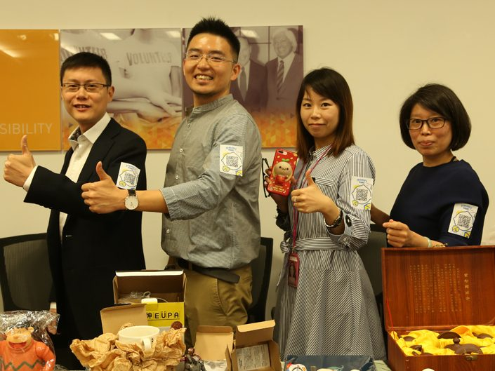 4 ADP employees posing for a picture giving the thumbs-up sign