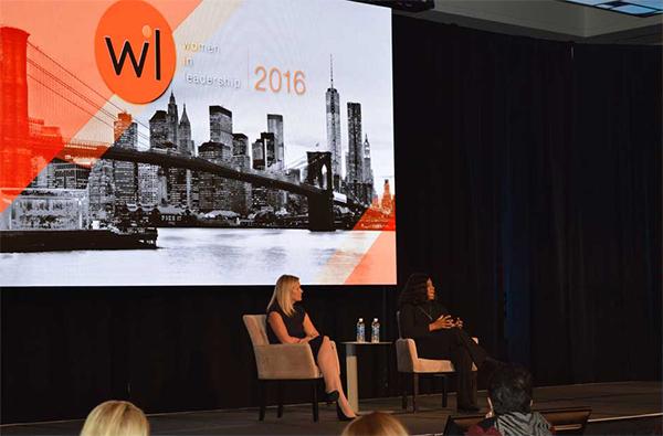 """Zdjęcia z wydarzenia ADP """"Kobiety w przywództwie"""" przedstawiające kobiety siedzące na scenie, za którymi znajduje się duży ekran."""