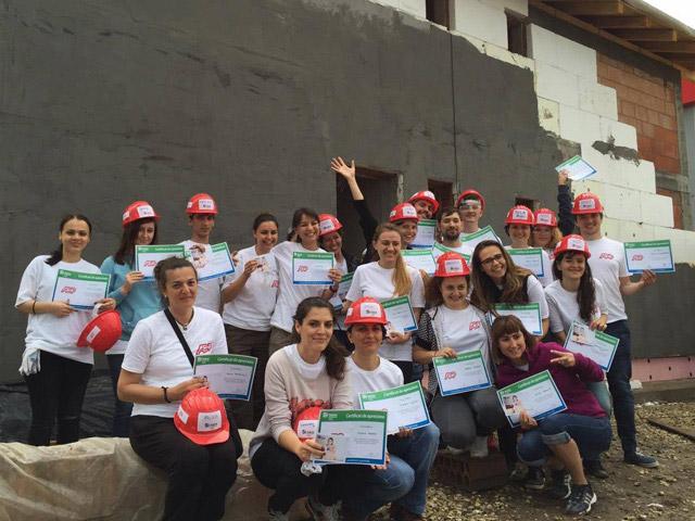 Grupa pracowników ADP, którzy zgłosili się do programu Habitat for Humanity w Rumunii.