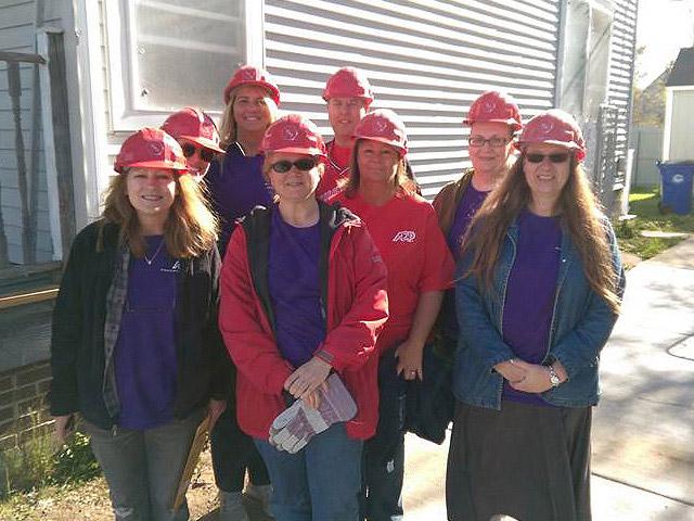 Grupa pracowników ADP, którzy zgłosili się do programu Habitat for Humanity w Cleveland w stanie Ohio (USA).