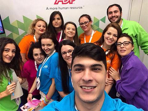Un grup de asociați ADP la târgul de joburi