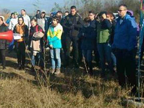 Un grup de asociați ADP se angajează voluntar pentru o campanie de plantare a copacilor