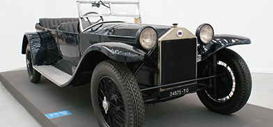 Open-air 1920s roadster