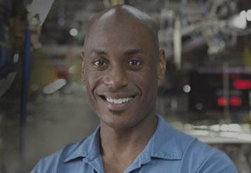Hombre afroamericano trabajando en la fábrica de FCA
