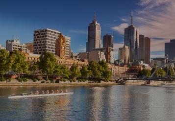 Reflexo dos edifícios da cidade na água ao longo da Baía de Port Phillip
