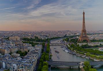 A Torre Eiffel e arredores ao longo do rio Sena