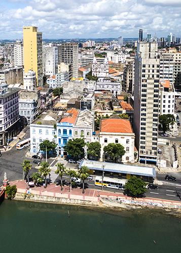 Una vista urbana della città di Recife, Brasile, lungo la costa.