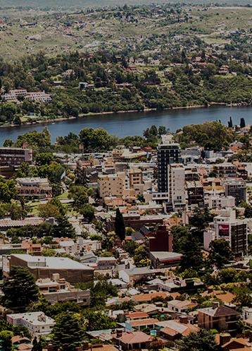 Vista aérea de edificios y un cuerpo de agua en Córdoba, Argentina