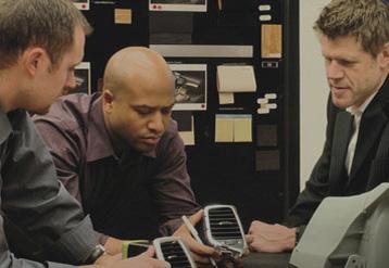 自動車部品を分析する3人のFCA従業員