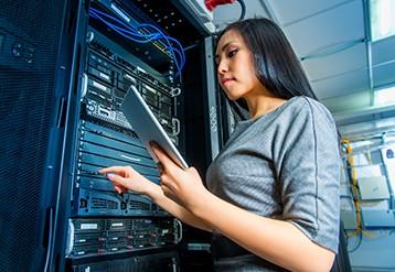 コンピューターセンターでタブレットを持つ女性。