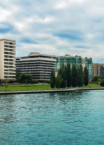 オンタリオ ウィンザーの川沿いのFCAオフィスビル