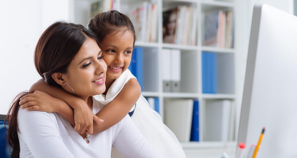 holčička objímá svou maminku