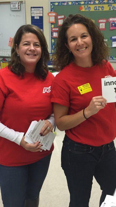 dvě zaměstnankyně ADP v červených tričkách