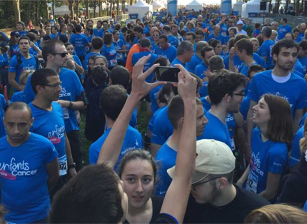 crowd of people in blue T-shirts participating in 'enfants sans cancer' event