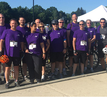 Les associés d'ADP portent des t-shirts violets lors d'un événement cycliste