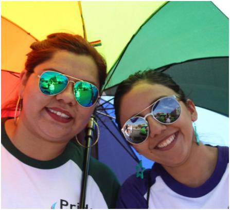 deux associés d'ADP sous un parapluie arc-en-ciel