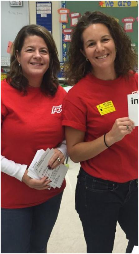deux collaboratrices ADP en t-shirts rouges